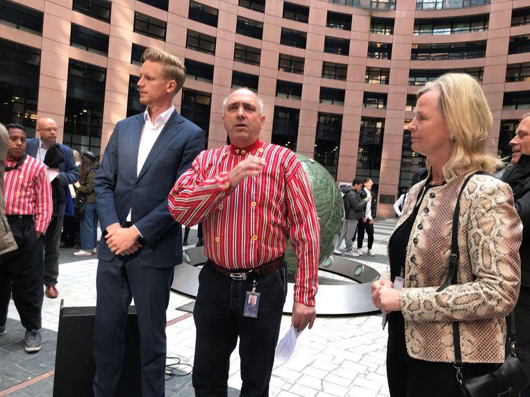 Jan Huitema (VVD), Peter van Dalen (ChristenUnie) en Annie Schreijer-Pierik (CDA) op het binnenplein van het gebouw van het Europees Parlement in Straatsburg. Beeld Christoph Schmidt