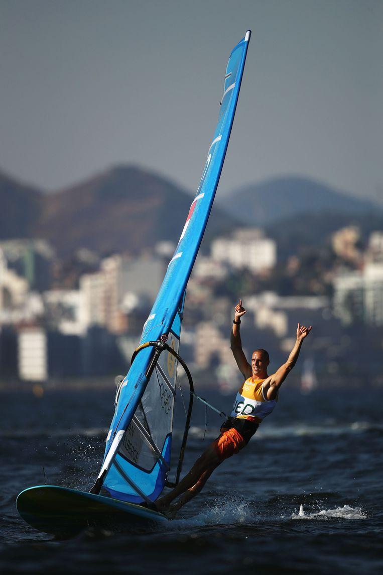 Dorian van Rijsselberghe viert zijn gouden medaille tijdens de Olympische Spelen van Rio de Janeiro in 2016. Beeld Getty Images