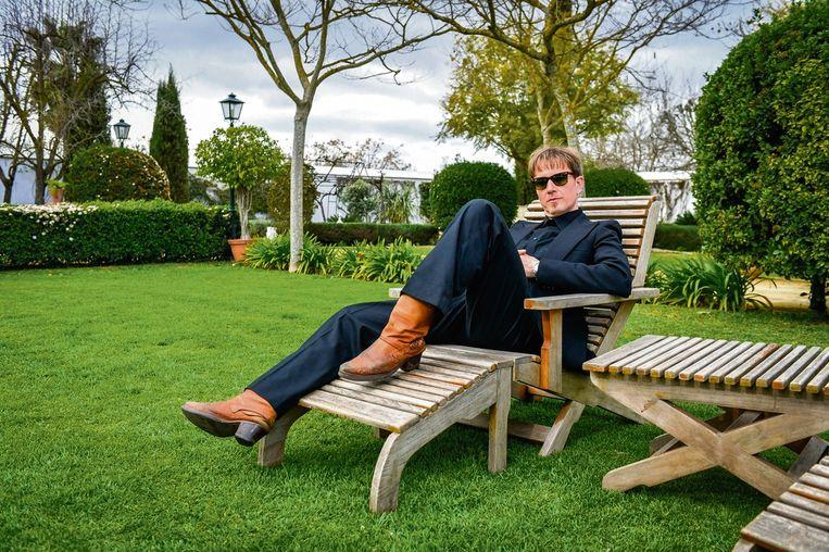 Stef Kamil Carlens relaxt in de tuin.