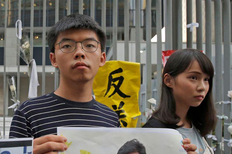 Joshua Wong met zijn mede-activiste Agnes Chow. Beeld AP