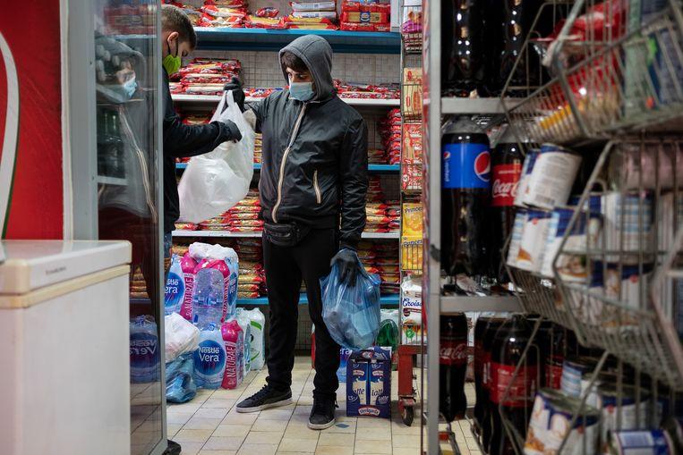 Een man bezorgt boodschappen illegaal aan huis in Napels. Beeld Giulio Piscitelli