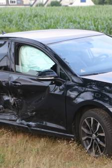 Auto's botsen frontaal op elkaar door verwarring bij verkeerslichten in Ede