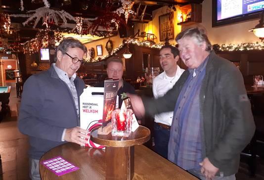 Eerste blijvende presentje bij Roosendaalse fietsroutes uitgereikt aan Cor Verbogt (links) door Phile Poppe (rechts).