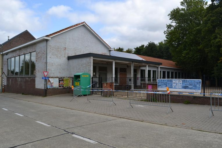 Aan de buitenzijde van de voormalige school is er geen schade.