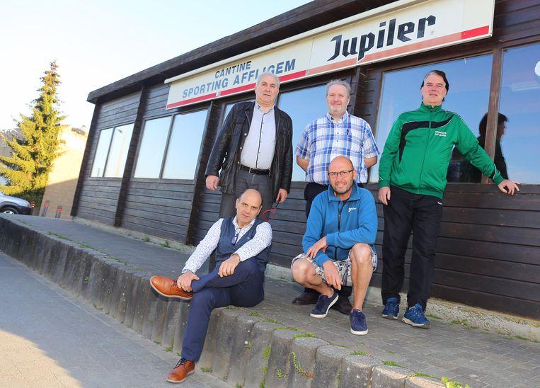 Het bestuur van Sporting Affligem bij de kantine die door de brandweer werd afgekeurd.