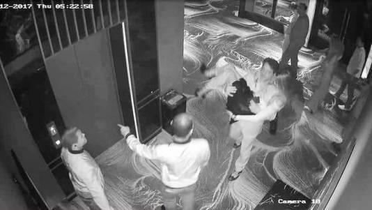 Beeld van de beveiligingscamera van Club 9 waarop te zien is hoe Ivana Smit wordt gedragen door de Amerikaan met wie ze een avond uit was. 4,5 uur later was het fotomodel dood.