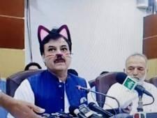 Politicus geeft persconferentie met kattenoortjes, snorharen en een zwart neusje