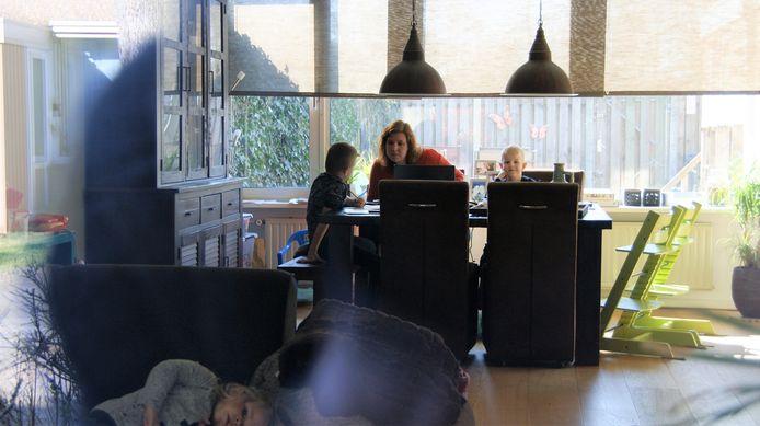 Angela (leerkracht op een basisschool) geeft thuisles in Eindhoven aan haar kinderen Lars en Jesse.
