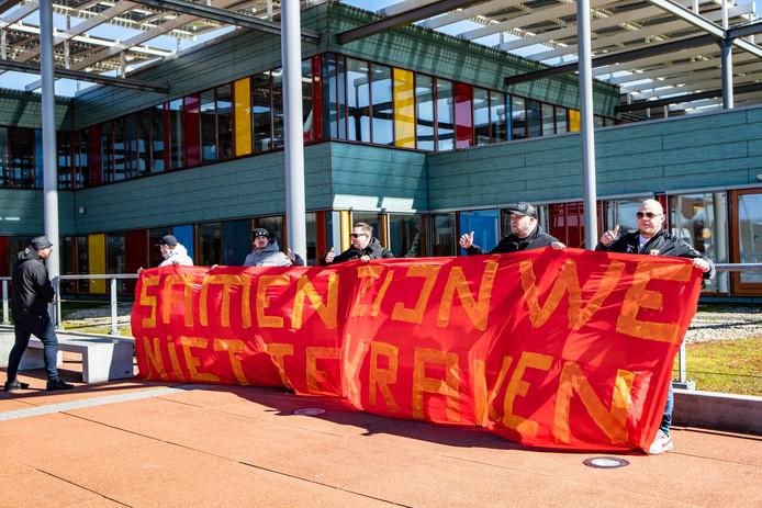 Fans uit vak 19 van GA Eagles steken het Deventer ziekenhuispersoneel een hart onder de riem met een groot spandoek.