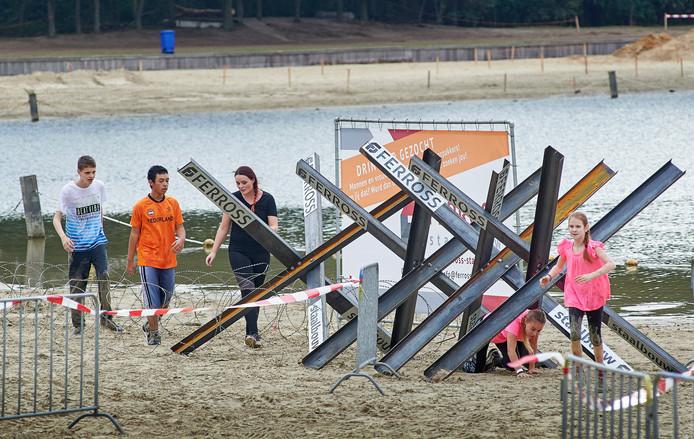 Deelnemers werken zich een weg voorbij de Tsjechische egels.