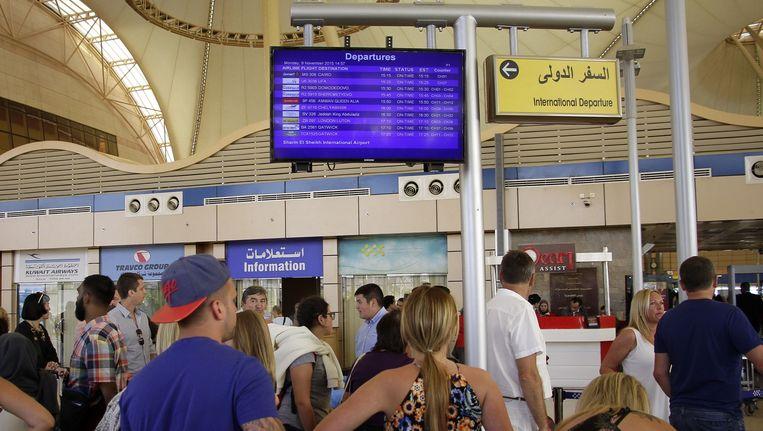 Na het neerstorten van het Russische vakantievliegtuig konden veel toeristen lange tijd niet naar huis. De veiligheidsmaatregelen op het vliegveld van Sharm el-Sheikh moesten eerst worden opgeschroefd. Beeld ap