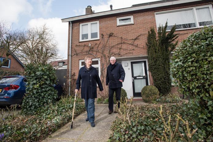 Elly en Hessel Kielstra voor hun huis in Zetten.