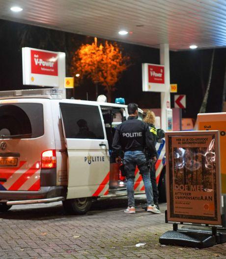 Speciaal politieteam verricht arrestaties bij Shell-tankstation op Goudse Poort in Gouda