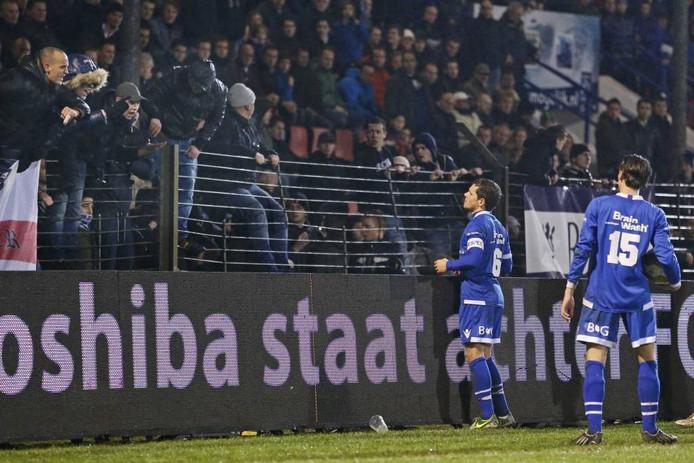 FC Den Bosch spelers Bart van Brakel (L) en Moreno Rutten spreken de eigen supporters toe na oerwoudgeluiden op de tribune.