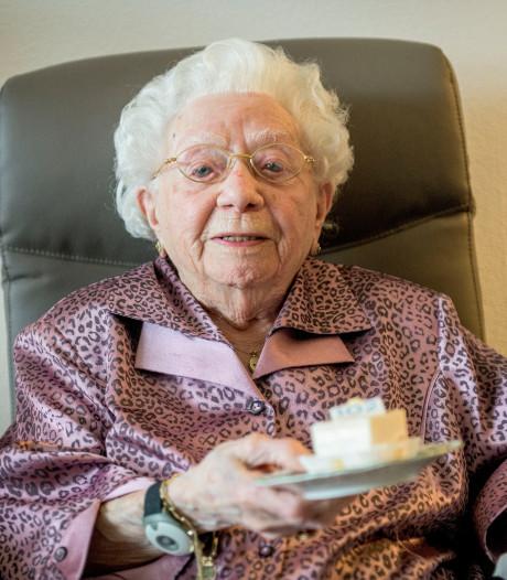 Geertje (102) uit Almelo heeft geen tijd om zich te vervelen: 'Moet mijn favoriete tv-programma's kijken!'