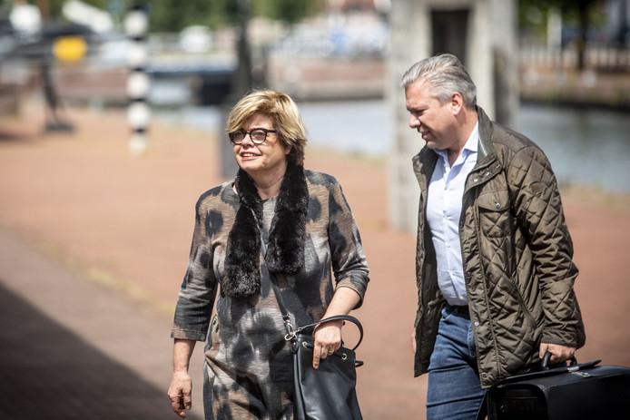Sanderinks ex-vriendin Brigitte van Egten arriveert met haar advocaat Philippe Schol bij het gerechtsgebouw. Gerard Sanderink zelf liet zich niet zien en had zijn advocaat Jan Boogaard gestuurd.