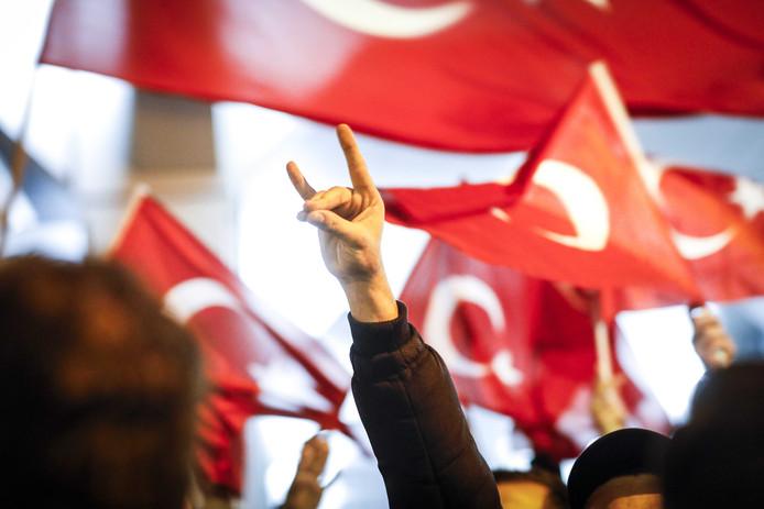 Het teken van de Grijze Wolven, een extreemrechtse Turkse groepering bij een demonstratie van Turkse Nederlanders bij het Turkse consulaat aan Westblaak. De Turkse minister Fatma Betul Sayan Kaya van Familiezaken is onderweg naar het consulaat.