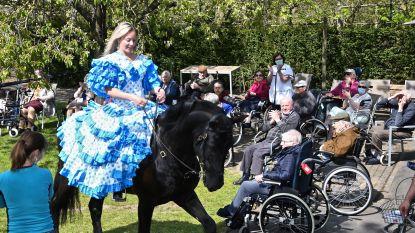 """Eveline verrast rusthuisbewoners met paardenshow: """"Entertainment voor hen, training voor mij"""""""