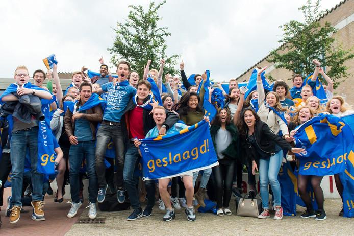 De geslaagden van Newmancollege Breda zijn heel blij. Foto René Schotanus/Pix4Profs
