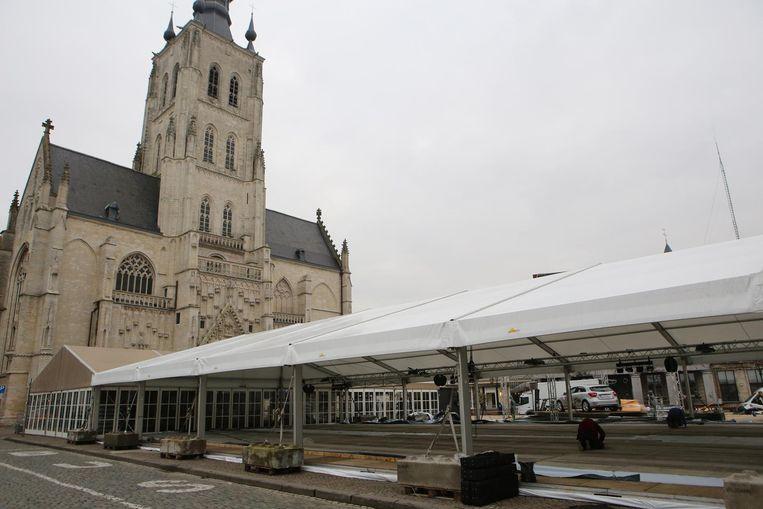 De grote ijspiste en de 20 meter hoge kerstboom (r.) worden klaargezet op de Grote Markt.