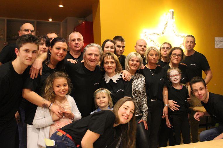 Het team achter de benefiet, en de familie van Nikita, bij 'de ster'.