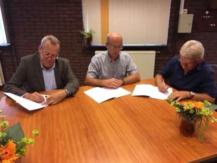 Ondertekening van het groenconvenant door wethouder Harry van Rooijen, Wouter van Boggelen van de dorpsraad en Ad Peters van de Vrijwilligerscentrale.