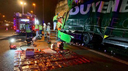 Vrachtwagen knalt tegen brugpijler E40 in Jabbeke: meer dan uur aanschuiven tijdens ochtendspits