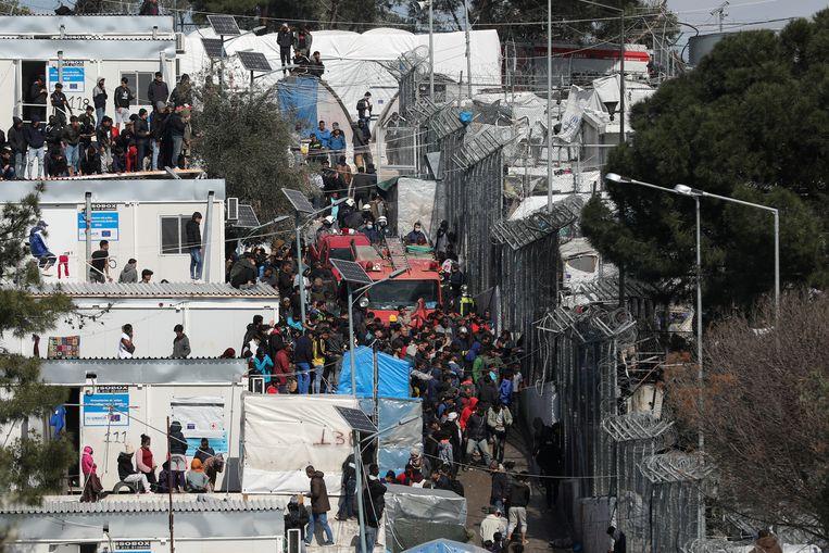De situatie in de vluchtelingenkampen, zoals hier in Moria op Lesbos, wordt alleen maar nijpender. Beeld REUTERS
