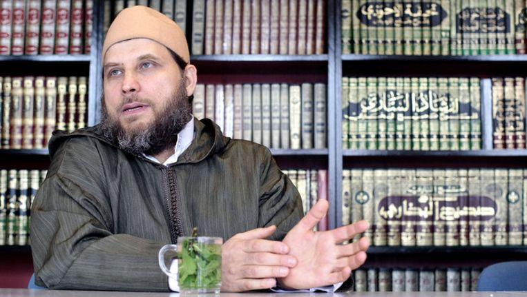 """De Haagse imam Fawah Jneid noemt de figuren achter Sharia4Holland en Sharia4Belgium """"gekken of misdadigers""""."""