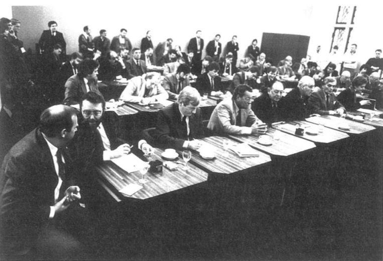 Een zicht op de fameuze telzaal, zoals die er eind jaren tachtig en begin jaren negentig uitzag. Hier worden de stembulletins op de avond van de uitreiking geopend. We herkennen onder meer Michel D'Hooghe (links) en Guy Thys (midden).