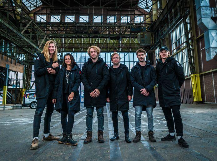 De zes dj's die door Nederland wandelen met links  Frank van der Lende en Eva Koreman.