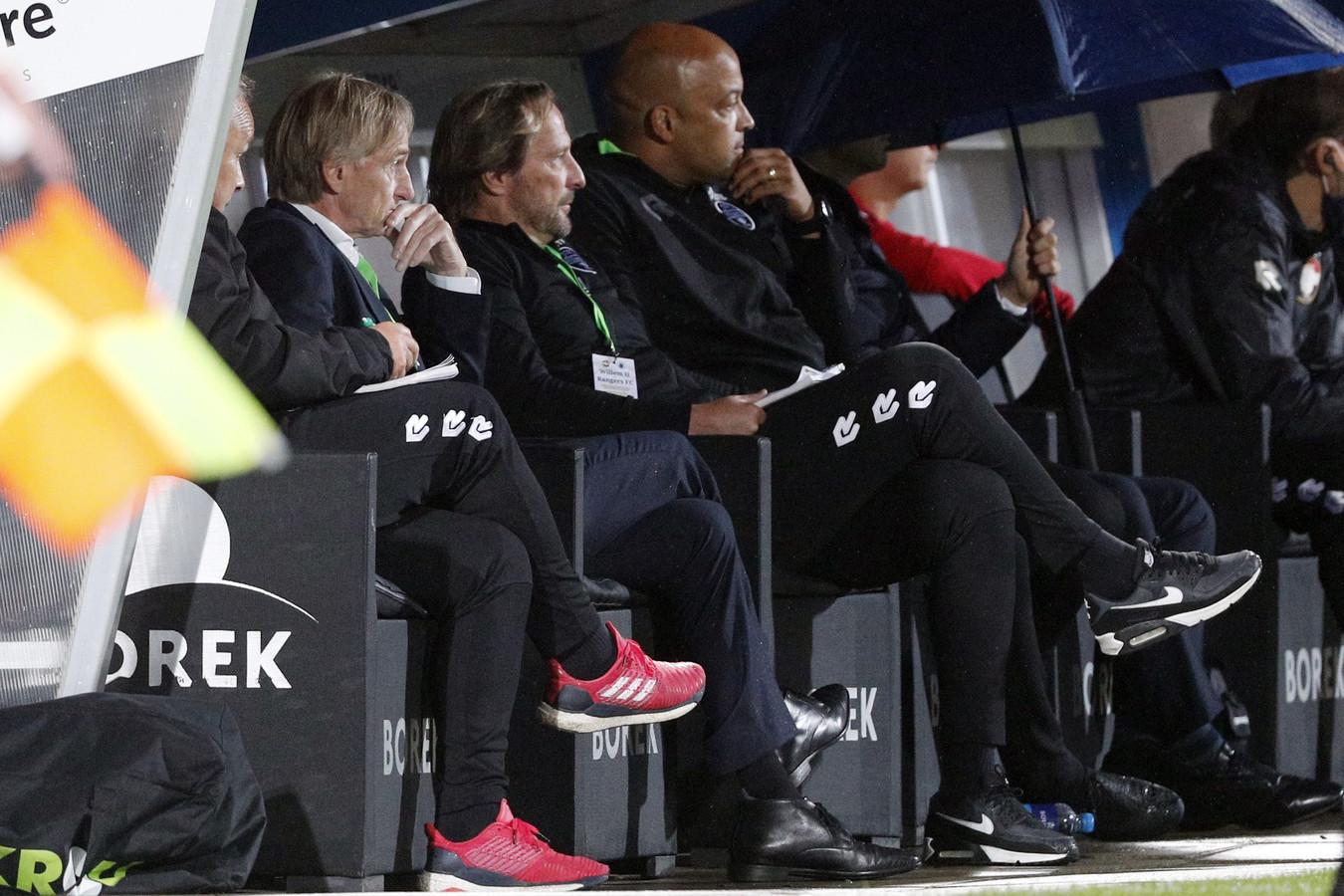 Adrie Koster (voorgrond) en zijn staf tijdens Willem II - Rangers FC.
