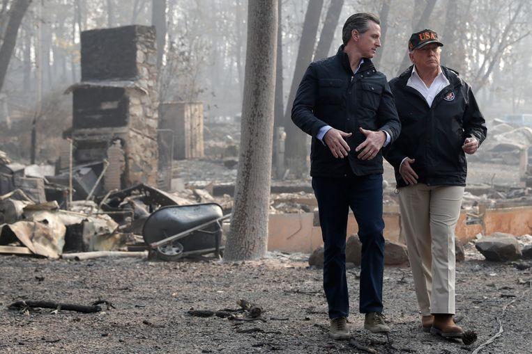 President Donald Trump in gesprek met gouverneur Gavin Newsom na de bosbranden van vorig jaar.