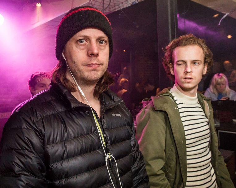 Felix van Groeningen tijdens de opnames van zijn nieuwe film 'Belgica', met één van de hoofdrolspelers, Stef Aerts.