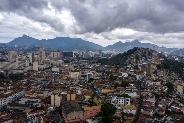 Bewoners van favela Providencia, rechts, hebben geen ziekenhuis om naartoe te gaan. Beeld AFP