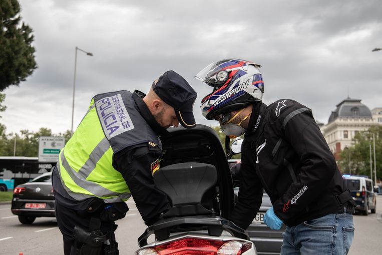 In totaal zijn er in Madrid inmiddels meer dan 667.000 boetes uitgeschreven en bijna 6.000 mensen vastgezet. Beeld Cesar Dezfuli
