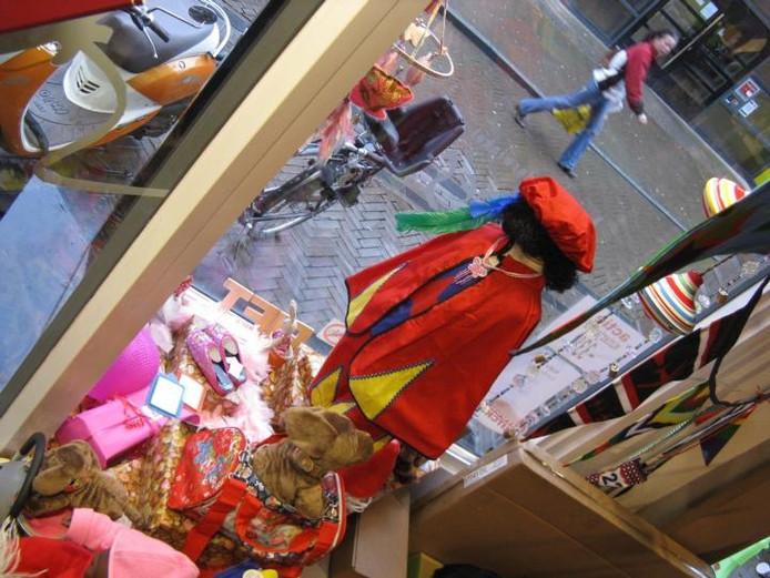 Pim Coopmans van kinderwinkel Kadoes maakt dankbaar gebruik van zijn verkoopsters die ook het etaleursvak machtig zijn. foto Henk van 't Veen