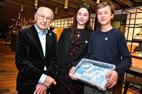 Dochter Zoë Stockman, zoon Willem Stockman en vader Antoon Stockman  verkochten tijdens 'Een hart voor Willem'  'Vergeef -Me-Welletjes voor een Vergeet-Me-Nietje' te voordele van het Centrum ter Preventie van Zelfdoding.