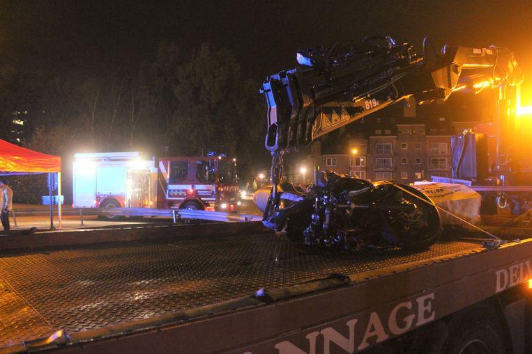 De motor belandde in de vangrails midden op de rotonde aan de Boudewijnlaan in Hasselt.