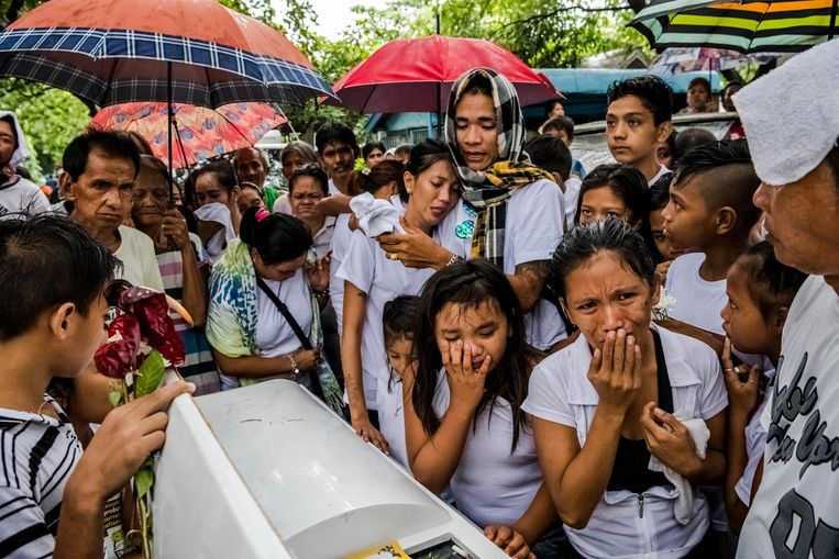 De begrafenis van Joselito Jumaquio (52), neergeslagen door gemaskerde mannen. Beeld null