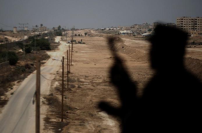 Een Hamas-bewaker bij een grenspost tussen de Gazastrook en Egypte.