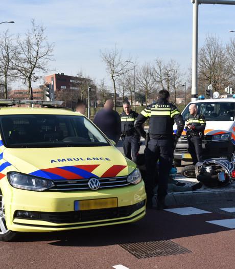 Bestuurster snorscooter lichtgewond bij botsing met auto op Wijchenseweg