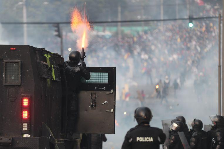 Oproerpolitie trad vrijdag opnieuw op tegen betogers in de Ecuadoraanse hoofdstad Quito. Beeld EPA