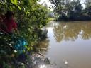 """Nicole IJzermans raapt afval in natuurgebied de Grote Melanen. ,,Vooral rond het water is het smerig."""""""