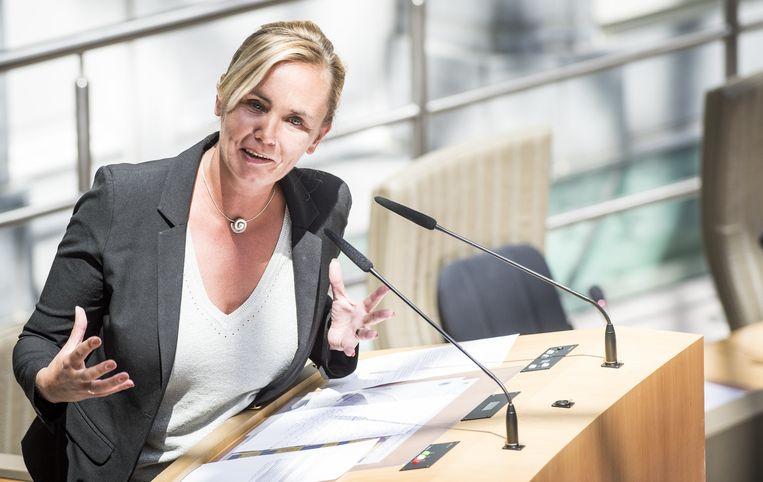 """""""Ze zit nu in het parlement, niet meer in een sociale woonwijk. Het zou goed zijn als ze zich ook zo gedraagt"""", zei een 'topper binnen de meerderheid' in De Tijd."""