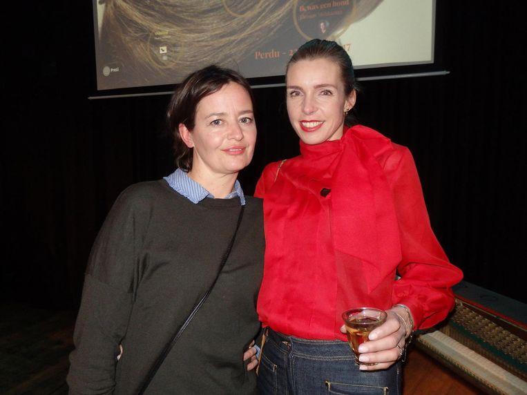 Vormgeefster Vanessa van Dam (r) en fotograaf Martine Stig. Möhlmann: 'De kuit op mijn vorige bundel, echt zo een waarvan je zegt: dat bestaat niet, was van Vanessa' Beeld Schuim