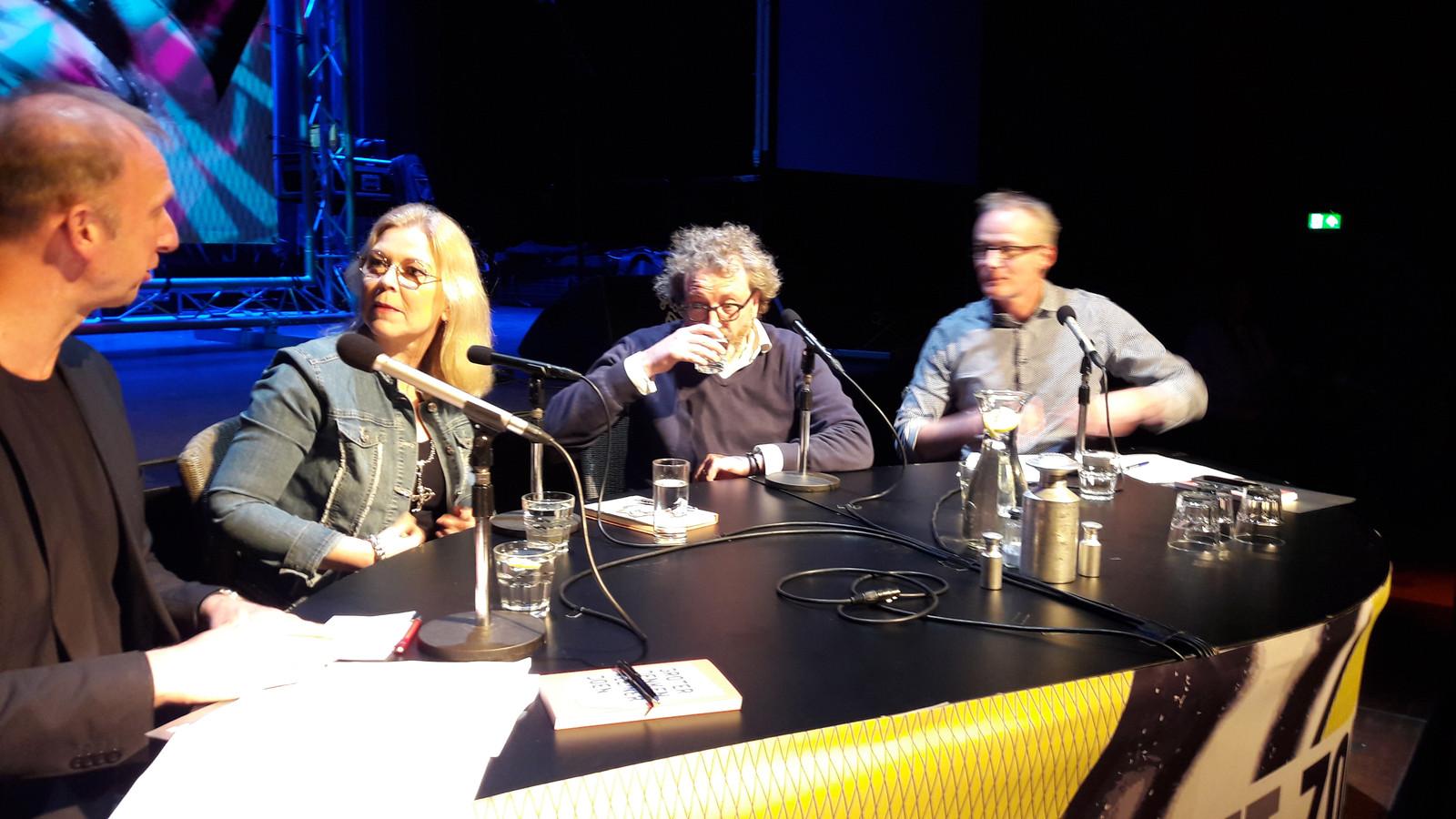 Madeleine van Toorenburg in debat met Erik Tomas (tweede van  rechts) bij politiek café Zout.