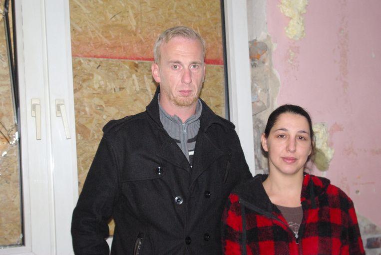 Mike Boonen (39) en zijn verloofde Leonie Vlachakis (29) bij het dichtgetimmerde gat in hun pas gerenoveerde keuken.