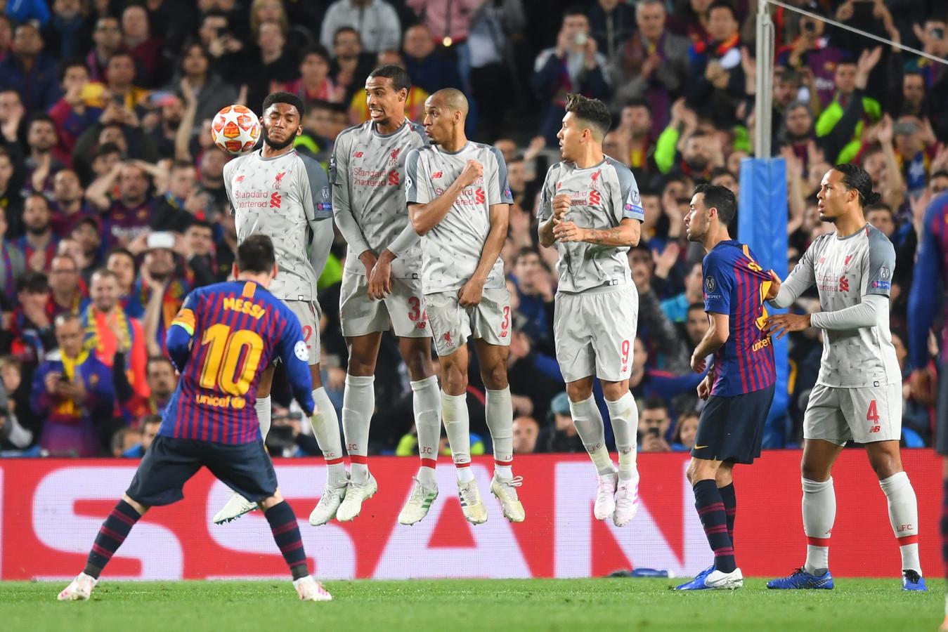 Lionel Messi mikt de bal precies langs Joe Gomez.