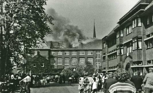 De grote brand op de zolder van het Kruisherencollege in 1954 trok veel publiek. Dit is de onbewerkte foto. Op andere afdrukken werd de rook met wat Tippex nog aangezet.